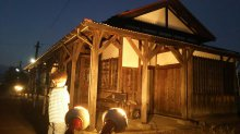木造駅舎のライトアップ:画像